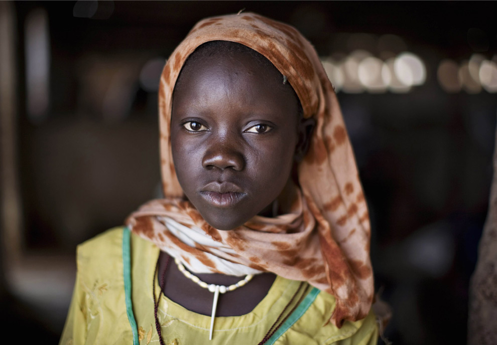 Kartoula, 14, a refugee from Sudan\'s western Darfur region, enters a distribution centre to receive monthly food rations at Djabal camp near Gos Beida in eastern Chad, June 5, 2008. (REUTERS/Finbarr O\'Reilly)